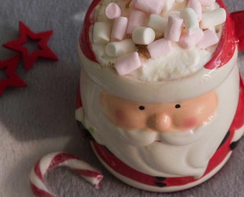 chocolat chaud dans une tasse de Père Noël