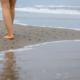 Marcher dans le sable, les pieds caressés par les vagues