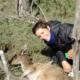 Laetitia Blondel auprès d'un kangourou, en Australie